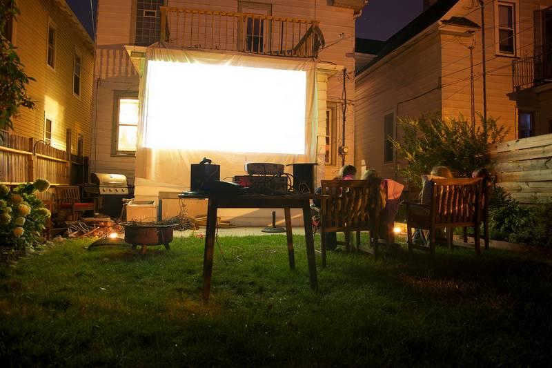 קולנוע ביתי בחצר, cc: flickr.com/plural